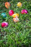 在草的被绘的复活节彩蛋 库存图片