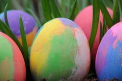 在草的被绘的复活节彩蛋 免版税库存照片