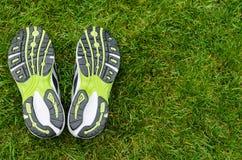在草的运动鞋鞋底 库存图片