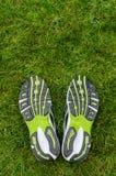 在草的运动鞋鞋底 免版税库存图片
