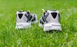 在草的运动鞋 库存图片