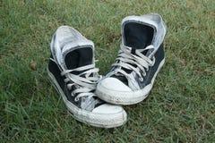 在草的运动鞋 免版税图库摄影