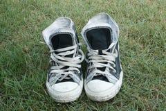 在草的运动鞋 免版税库存图片