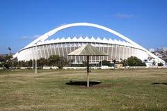 在草的里德遮光罩在摩西・马布海达体育场之外 免版税库存图片