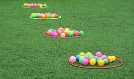 在草的颜色球 免版税库存照片