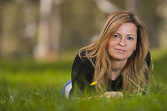 在草的年轻女性开会 库存照片