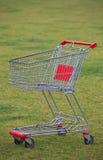 在草的购物车 免版税库存照片