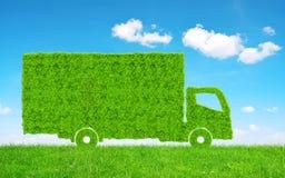 在草的绿色卡车 免版税库存图片