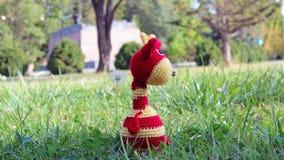 在草的Amigurumi长颈鹿 库存照片