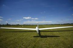 在草的Sailplane着陆,晴天在什切青 免版税库存图片