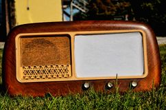 在草背景的老收音机 免版税库存图片