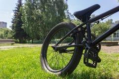 在草草坪停放的体育自行车在城市,公园 库存图片