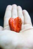 在草莓的心脏 免版税库存图片