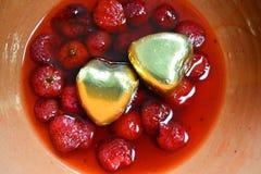 在草莓调味汁的两心脏 图库摄影
