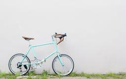 在草路旁的路自行车有墙壁背景 库存照片