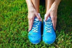 在草-概念的跑鞋。 库存图片