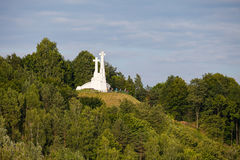 在荒凉的小山的三个十字架纪念碑在维尔纽斯,立陶宛 免版税库存图片