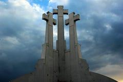 在荒凉的小山的三个十字架,一座纪念碑在维尔纽斯,立陶宛 库存图片