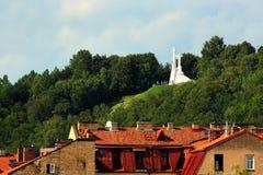 在荒凉的小山的三个十字架,一座纪念碑在维尔纽斯,立陶宛 免版税库存照片
