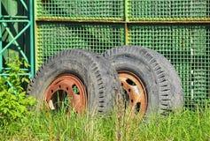 在荒原的老工业用货车轮子 库存图片