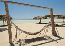 在荒岛海滩的吊床 免版税库存图片