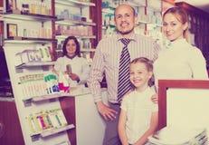 在药房的家庭 免版税库存照片