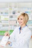 给在药房的药剂师处方医学 免版税库存图片