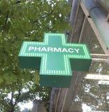 在药房的绿色,被阐明的标志 图库摄影