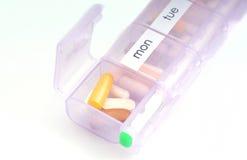 在药片配件箱的每日维生素 免版税库存照片