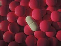 在药物前面中堆的桃红色药片  免版税库存照片