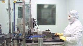 在药物工厂的药剂师控制配药制造过程 配药机器 配药工作者