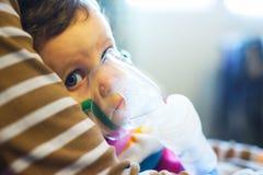 在药物治疗下的孩子 免版税库存图片