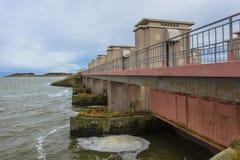 在荷兰三角洲的水闸Stevinsluis运转风暴防洪 免版税库存图片