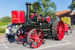 在荷兰乡下游行的老蒸汽拖拉机 免版税图库摄影