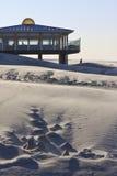 在荷兰人阿默兰岛海岛使晚上光的亭子靠岸 免版税库存照片