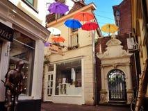 在荷兰伞的街道 免版税库存照片
