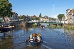 在荷兰城市莱顿浇灌休闲在运河区域 库存照片