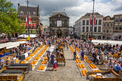 在荷兰扁圆形干酪的荷兰干酪市场 库存照片