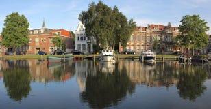 在荷兰扁圆形干酪,荷兰的运河 图库摄影