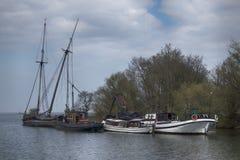 在荷兰村庄怀有和Muiderslot城堡 老打破的被放弃的游艇 库存照片