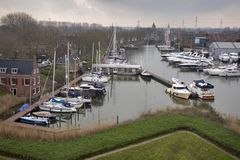 在荷兰村庄怀有和Muiderslot城堡 库存照片