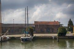 在荷兰村庄怀有和Muiderslot城堡 免版税图库摄影