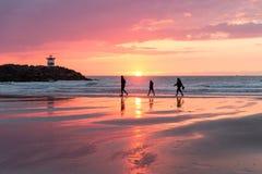 在荷兰海岸的日落在有通过的步行者斯海弗宁恩附近 库存照片