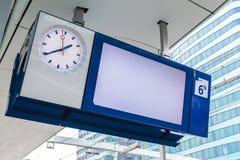 在荷兰火车站的空的平台资料显示 免版税图库摄影