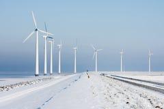 在荷兰语冬天横向的Windturbines 库存图片