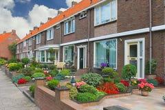 在荷兰语房子前面的小的庭院。 免版税图库摄影