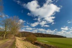 在荷兰语横向的多云天空。 库存图片