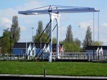 在荷兰运河的大升降吊桥 免版税库存照片
