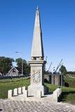 在荷兰水闸Dokkumer Nieuwe Zijlen附近的方尖碑 免版税图库摄影