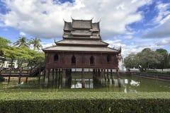 在荷花池的传统木chedi反对在w的蓝天 免版税库存照片